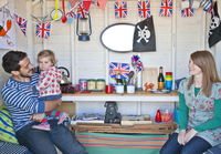 A young family in their beach hut at Cromer on the Norfolk coast. 20089003946| 写真素材・ストックフォト・画像・イラスト素材|アマナイメージズ