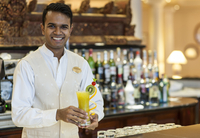 Bartender with cocktail at the Residence hotel in Mauritius. 20089005308| 写真素材・ストックフォト・画像・イラスト素材|アマナイメージズ