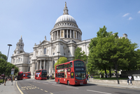 Red double decker buses outside Saint Pauls Cathedral. 20089006293| 写真素材・ストックフォト・画像・イラスト素材|アマナイメージズ