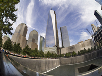A fisheye view of the new One World Trade Centre and Memorial Fountain at Ground Zero. 20089007808| 写真素材・ストックフォト・画像・イラスト素材|アマナイメージズ