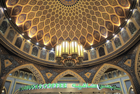 A traditional Iranian dome contrasts against a Starbucks in the Ibn Batutta mall. 20089007988| 写真素材・ストックフォト・画像・イラスト素材|アマナイメージズ