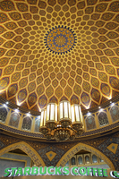A traditional Iranian dome contrasts against a Starbucks in the Ibn Batutta mall. 20089007989| 写真素材・ストックフォト・画像・イラスト素材|アマナイメージズ