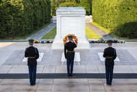 An American military officer salutes at the Guarded Tomb of the Unknown Soldier in Arlington Cemetery. 20089008693| 写真素材・ストックフォト・画像・イラスト素材|アマナイメージズ