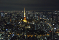 A night scape from Roppongi Hills towards Tokyo Tower and Tokyo Bay. 20089009948| 写真素材・ストックフォト・画像・イラスト素材|アマナイメージズ