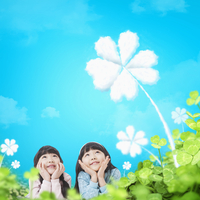 Smiling girls looking up at four-leaf clover 20090000449| 写真素材・ストックフォト・画像・イラスト素材|アマナイメージズ