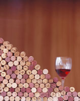 Wine corks and a glass of red wine 22199021499| 写真素材・ストックフォト・画像・イラスト素材|アマナイメージズ