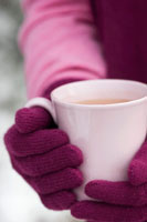 Hands holding a cup of hot chocolate 22199036861| 写真素材・ストックフォト・画像・イラスト素材|アマナイメージズ
