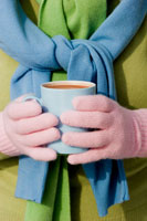 Hands holding a cup of hot chocolate 22199036866| 写真素材・ストックフォト・画像・イラスト素材|アマナイメージズ