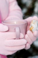 Hands holding a cup of hot chocolate 22199036868| 写真素材・ストックフォト・画像・イラスト素材|アマナイメージズ