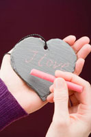 Hand writing I love you in chalk on a slate heart 22199057700| 写真素材・ストックフォト・画像・イラスト素材|アマナイメージズ