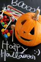 Carved pumpkin and sweets for Halloween 22199059164| 写真素材・ストックフォト・画像・イラスト素材|アマナイメージズ