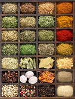 Various dried herbs and spices in type case (overhead view) 22199059524| 写真素材・ストックフォト・画像・イラスト素材|アマナイメージズ