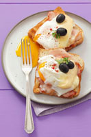 Ham,poached egg and cheese on toast with olives 22199059750| 写真素材・ストックフォト・画像・イラスト素材|アマナイメージズ