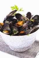 Mussels in a white wine sauce with parsley 22199064352| 写真素材・ストックフォト・画像・イラスト素材|アマナイメージズ
