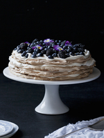 Layer cake with blueberries, blackberries and pansies 22199075974| 写真素材・ストックフォト・画像・イラスト素材|アマナイメージズ