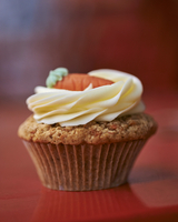 A carrot cupcake topped with cream cheese icing 22199076007| 写真素材・ストックフォト・画像・イラスト素材|アマナイメージズ