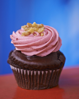 A chocolate cupcake topped with pink icing 22199076009| 写真素材・ストックフォト・画像・イラスト素材|アマナイメージズ