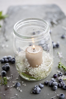 Candle in preserving jar with scabious, bilberries 22199076985| 写真素材・ストックフォト・画像・イラスト素材|アマナイメージズ