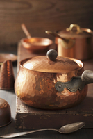 Assorted copper pots and cooking utensils 22199078934| 写真素材・ストックフォト・画像・イラスト素材|アマナイメージズ