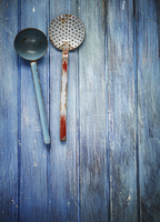 Old kitchen utensils (ladle, draining spoon) on a blue wooden surface 22199080528| 写真素材・ストックフォト・画像・イラスト素材|アマナイメージズ