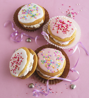 Whoopie pies with icing and colorful sugar pearls 22199080836| 写真素材・ストックフォト・画像・イラスト素材|アマナイメージズ