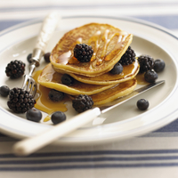 Pancakes with blackberries, blueberries and maple syrup (USA) 22199080888| 写真素材・ストックフォト・画像・イラスト素材|アマナイメージズ