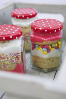 Cupcakes with frosting and sugar sprinkles in jars 22199081272| 写真素材・ストックフォト・画像・イラスト素材|アマナイメージズ
