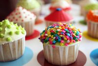 Multi-colored cupcakes on a tray, focus on cupcake with rainbow star sprinkles 22199081361| 写真素材・ストックフォト・画像・イラスト素材|アマナイメージズ