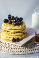 Banana and linseed pancakes with blueberries and agave syrup 22199081401| 写真素材・ストックフォト・画像・イラスト素材|アマナイメージズ