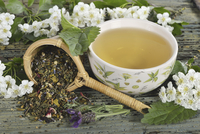 Herbal tea and tea leaves (mistletoe, hawthorn leaves, stinging nettle, valerian, hibiscus flowers and lavender) 22199081438| 写真素材・ストックフォト・画像・イラスト素材|アマナイメージズ