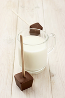 Hot milk and a cube of chocolate to dip in it 22199081493| 写真素材・ストックフォト・画像・イラスト素材|アマナイメージズ