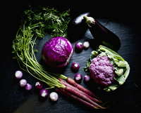 Purple cauliflower, purple cabbage, purple carrots, purple and white pearl onions and eggplant 22199082714| 写真素材・ストックフォト・画像・イラスト素材|アマナイメージズ