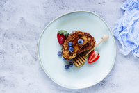 Homemade cinnamon french toasts with blueberries, strawberries and honey in ceramic plate for tasty breakfast on concrete textur 22199083136| 写真素材・ストックフォト・画像・イラスト素材|アマナイメージズ