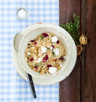 Wheat risotto with feta cheese, thyme and walnuts 22199083216| 写真素材・ストックフォト・画像・イラスト素材|アマナイメージズ