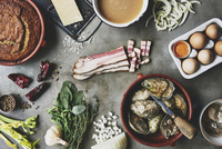Ingredients laid out for oyster stuffing 22199083297| 写真素材・ストックフォト・画像・イラスト素材|アマナイメージズ