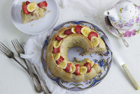 Egg white and oat wreath cake with bananas and strawberries 22199090747| 写真素材・ストックフォト・画像・イラスト素材|アマナイメージズ