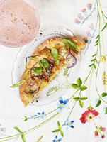 Flat bread pizza with potatoes, red onions and basil 22199090937| 写真素材・ストックフォト・画像・イラスト素材|アマナイメージズ