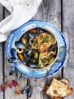 Linguine with mussels, tomatoes, parsley, chillis and grilled bread 22199090942| 写真素材・ストックフォト・画像・イラスト素材|アマナイメージズ