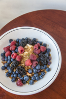 Yogurt with housemade olive oil granola and mixed berries 22199090950| 写真素材・ストックフォト・画像・イラスト素材|アマナイメージズ