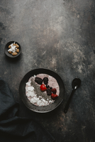 A smoothie bowl with berries and chia seeds 22199090995| 写真素材・ストックフォト・画像・イラスト素材|アマナイメージズ