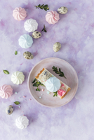 Slice of a Polish Easter cake with colorful meringues 22199091039| 写真素材・ストックフォト・画像・イラスト素材|アマナイメージズ