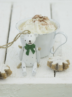 Hot chocolate with cream with a Christmas bear and cinnamon biscuits in front of it 22199091069| 写真素材・ストックフォト・画像・イラスト素材|アマナイメージズ