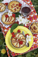 Small apple pies with raspberries for a summer picnic (top view) 22199091107| 写真素材・ストックフォト・画像・イラスト素材|アマナイメージズ