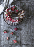 A chocolate wreath cake with bananas and strawberries (seen from above) 22199091112| 写真素材・ストックフォト・画像・イラスト素材|アマナイメージズ