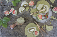 Strawberries in matcha chocolate, mochi and tea biscuits 22199091134| 写真素材・ストックフォト・画像・イラスト素材|アマナイメージズ