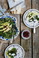 Spinach salad with peas, pears, pomegranate seeds and goat's cheese 22199091176| 写真素材・ストックフォト・画像・イラスト素材|アマナイメージズ