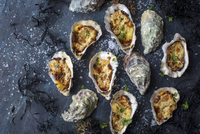 Grilled oysterstopped with bechamel sauces grated cheese, sliced garlic and parsley 22199091186| 写真素材・ストックフォト・画像・イラスト素材|アマナイメージズ