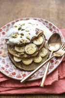 Banana pancakes made from gluten free porridge oats, banana and a free range egg topped with banana, pistachio nuts, natural yog 22199091413| 写真素材・ストックフォト・画像・イラスト素材|アマナイメージズ