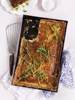 Cheese quiche in a metal baking tray sprinkled with pea sprouts (top view) 22199091568| 写真素材・ストックフォト・画像・イラスト素材|アマナイメージズ