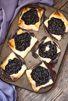 Puff pastry with brie and blueberries 22199091590| 写真素材・ストックフォト・画像・イラスト素材|アマナイメージズ